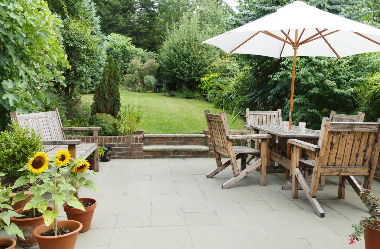 Terrassenplatten imprägnieren im Garten