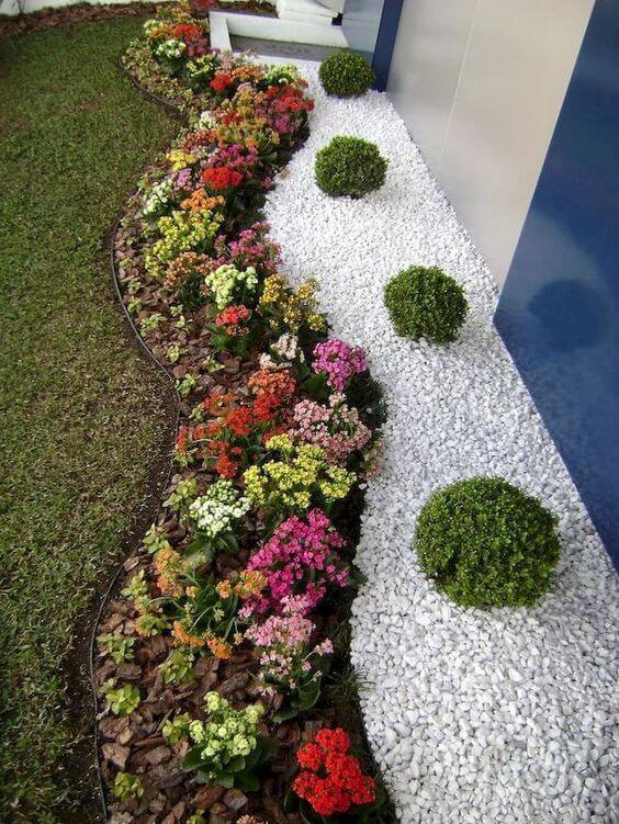 Blumenbeet mit Steinen