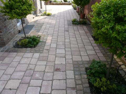 Gartenweg mit Pflastersteine